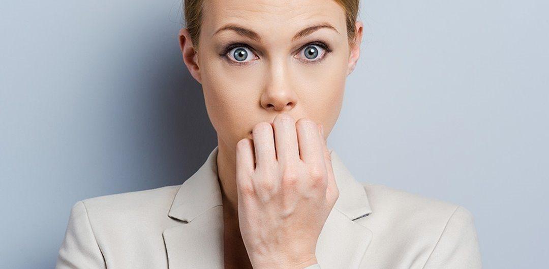 mulher executiva preocupada, ansiosa