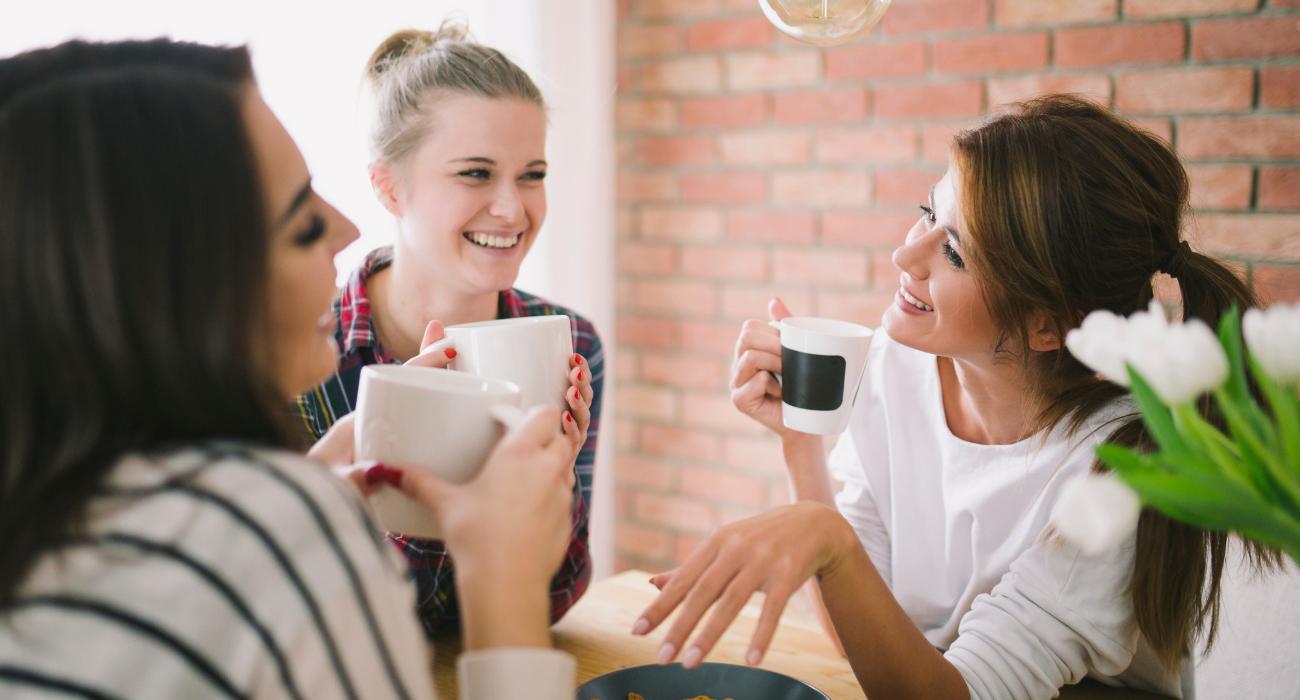 três amigas reunidas tomando café, boas companhias