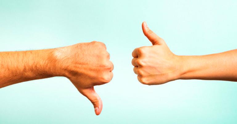 duas mãos opondo-se, uma fehcada com polegar para baixo e outra fechada com polegar para cima